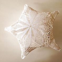 20 Beautiful Upcycled Doily Crochet Decor Items from Maillo – Crochet Patterns, How to, Stitches, Guides and Crochet Art, Thread Crochet, Crochet Crafts, Crochet Patterns, Crochet Ideas, Doilies Crafts, Lace Doilies, Crochet Doilies, Doily Art
