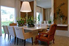 """""""Uma sala de jantar com um espelho imponente merece um conjunto de mesa e cadeiras elegantes."""" (comentário de Rosana Silva - www.simplesdecoracao.com.br)"""