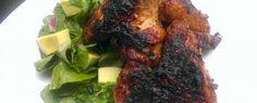 BBQ křidýlka a salát s avokádem