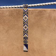 Ce bracelet saphir & perle or métier à tisser a été inspiré par tous les beaux Native et Latin American motifs que je vois autour de moi à Albuquerque, Nouveau-Mexique. Comme avec toutes mes pièces, jai créé il sur un métier à tisser de perle avec grand soin et attention aux détails.  Remarque importante : S'il vous plaît mesurer votre poignet avant le placement de commande, pour assurer un ajustement adéquat. Ces bracelets ne sont pas réglables.  Les perles utilisées dans cette pièce son...