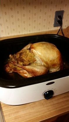 Perfect Turkey In An Electric Roaster Oven Recipe - My go to recipe that works perfect! Turkey In Electric Roaster, Turkey In Roaster Oven, Roaster Oven Recipes, Electric Roaster Ovens, Nesco Roaster Oven, Electric Oven, Thanksgiving Recipes, Holiday Recipes, Thanksgiving 2017