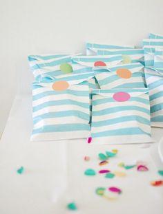 bolsitas de papel a rayas azules http://shop.fiestascoquetas.com