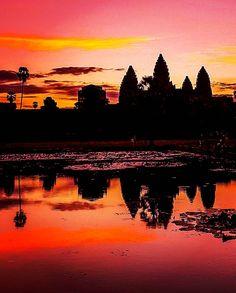 Ver o sol nascer do sol em Angkor Wat, um sonho muito antigo realizado hoje, o maior edifìcio religioso do planeta, uma das maravilhas da humanidade.  Eu, minha mãe e centenas de turistas chegamos às 5h am para esperar o astro-rei surgir no céu e iluminar o templo, símbolo do Império Khmer, um dos mais brilhantes do mundo.    Clique no post para saber mais detalhes ou acesse www.acamminare.com.