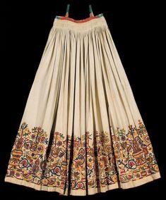 Ένα πολύπτυχο κεντητό φουστάνι από την Κρήτη του 17ου αιώνα, σπάνιο κατάλοιπο της αναγεννησιακής επίδρασης που άφησε η ενετική κατάκτηση στο νησί (1211-1669), μας μεταφέρει στην εποχή του Χορτάτση και της ακμής της κρητικής λογοτεχνίας. Garba Dress, Navratri Dress, Choli Dress, Choli Blouse Design, Choli Designs, Lehenga Designs, Pakistani Dresses Casual, Indian Gowns Dresses, Indian Designer Outfits