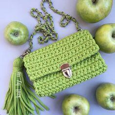 Сумочка модного зеленого цвета в наличии размер 20 на 13 см #вяжутнетолькобабушки #вязанаясумка #вязаныйклатч #т_пряжа #трикотажнаяпряжа #зеленый #яблоко #купуйсвоє #купуйукраїнське #купуйукраїнське #madeinukraine #handmade #trapillo #bolsodetrapillo #crochet #crochetbag #crochetclutch #green#apple#харьков #киев #львiв #одесса #днепр #полтава #сумы #мода#стиль#тренд2017 #модныесумки