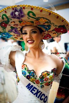 Chapeau / hat - Sombrero - Miss Mexico Mexican Fashion, Mexican Style, Mexican Heritage, Beauty And Fashion, Mexican Dresses, Mexican Clothing, Mexican American, Mexican Party, Mexican Costume
