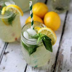WAT?! Limonade van basilicum?! Vreemd, denk je misschien, maar niets is minder waar! Zo maak je deze heerlijke, frisse limonade zelf. Je kan hemop 2 manieren maken: één manier zal een subtiele basilicum smaak opleveren, de tweede een meer intense en opvallende smaak. Optie 1 Wat heb je nodig: sap van 10 limoenen of citroenen … Continued