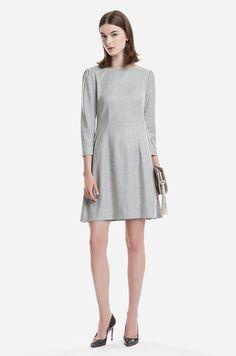 Sukienka z tkaniny z dodatkiem wełny. Rozkloszowany krój, zapinanie na kryty zamek z tyłu. Modelka ma 178 cm wzrostu i prezentuje rozmiar 36.