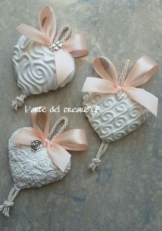 Clay Ornaments, Diy Christmas Ornaments, Diy Air Dry Clay, Plaster Art, Heart Diy, Wreath Crafts, Romantic Gifts, Home And Deco, Easy Diy Crafts