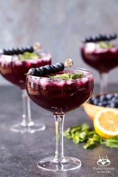 Sparkling Blueberry Lemonade Mojitos Sparkling Blueberry Lemonade Mojitos – Cocktails and Pretty Drinks Mojito, Wine Drinks, Alcoholic Drinks, Beverages, Vodka Drinks, Blueberry Lemonade, Think Food, Tasty, Yummy Food