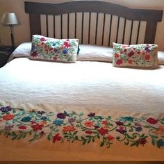 Pie de cama Flores Aztecas/ Se hace a pedido Simple Embroidery Designs, Floral Embroidery Patterns, Designer Bed Sheets, New Designer Dresses, Mexican Embroidery, Bed Runner, Bed Covers, Sewing Projects, Crochet
