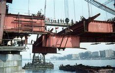 az Erzsébet híd építése, úszódaruk emelik be az utolsó pályaegységet a budai hídfőnél.