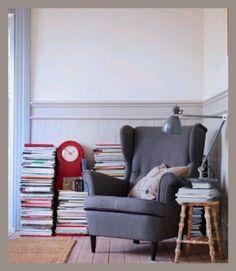 Arredare l'angolo lettura - Una poltrona, uno sgabello e tanti libri per arredare l'angolo di una casa