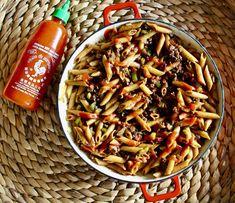 Un classique à faire et à refaire! Penne, Macaroni Chinois, Sauce Sriracha, Pasta Salad, Champagne, Ethnic Recipes, Food, Pasta, Shredded Beef