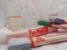 Setje oud naadband http://www.hetvrolijkedametje.nl/vintage/vintage-mode/