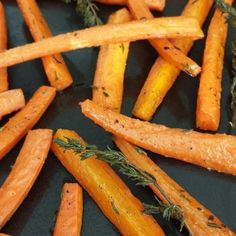 Rosemary Roasted Carrots {CLEAN sides!} Serves 4 Roasting once again takes this vegetable to the next level! This is one of my favorite Autumn & Winter side dishes. Heat oven to 425 degrees f 1 1/2 lbs carrots peeled & cut into even pieces... #cleaneating #cleansides #howtomakeroastedvegetablesgood