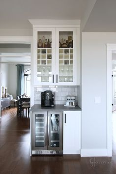 Small Kitchen Remodel Ideas to Make the Most of Your Space - Easy DIY Guide Home Design, Home Bar Designs, Küchen Design, Closet Designs, Interior Design, Farmhouse Kitchen Island, Modern Farmhouse Kitchens, Home Kitchens, Home Decor Kitchen