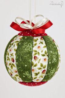 Aprende cómo hacer esferas de navidad con retazos de tela ~ Mimundomanual Folded Fabric Ornaments, Quilted Christmas Ornaments, Christmas Fabric, Felt Christmas, Diy Christmas Ornaments, Handmade Christmas, Christmas Projects, Holiday Crafts, Diy Weihnachten