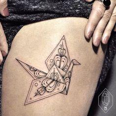 40 schöne Origami Tattoo Designs (im Trend) Dot Tattoos, Neue Tattoos, Trendy Tattoos, Body Art Tattoos, Tribal Tattoos, Tattoos For Women, Tatoos, Small Tattoos, Origami Tattoo