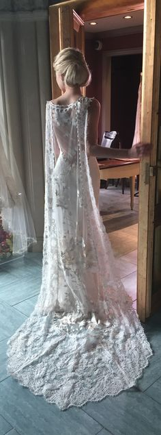 Wedding Gown 20 Glorious Wedding Dresses with Capes Claire Pettibone's 'Whitney' Gown - Not just for superheros, capes are hitting the wedding scene with force. Bridal Dresses, Wedding Gowns, Wedding Dresses With Cape, Wedding Cape Veil, Wedding Hairs, Frozen Wedding Dress, Fairy Wedding Dress, Wedding Dress Train, Tulle Wedding