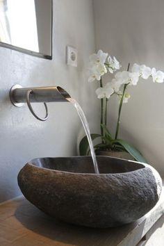 Materiali naturali - Un lavandino in pietra naturale per arredare il bagno in stile orientale.