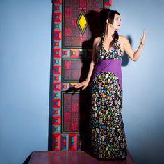 ROBE PYA :  Cette robe longue dos nue ravira les femmes d'aujourd'hui avec son joli décolleté ... et ses motifs originaux! Des chats, des hiboux, des montgolfières ou des chouettes, il y en aura pour tous les goûts… / Photo : Sophie Gisclard / Mannequin : Pascale Carol / Maquillage : Mademoiselle M / Styliste : Pascale Carol /Peinture : Luc Schnerb  /