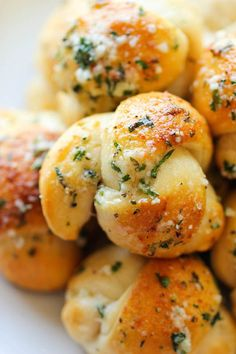 Easy Garlic Parmesan Knots - Fool-proof, buttery garlic knots that come together in less than 20 min - it doesn't get easier than that! Fool-proof, buttery garlic knots that come together in less than 20 min – it doesn't get easier than that! Think Food, I Love Food, Good Food, Yummy Food, Yummy Recipes, Simple Recipes, Delicious Meals, Appetizer Recipes, Tasty