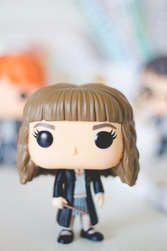Funko Pop da Hermione da série Harry Potter. Post sobre com detalhes e fotos no blog Serendipity: http://melinasouza.com/2015/08/24/funko-pop-harry-potter-hermione-ron-snape-e-valdemort/