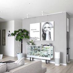ここ近年SNSでも話題を呼んでいるグレー系インテリアコーデは、落ち着いた大人の生活空間にぴったりですよね。今回は男女問わず取り入れやすい「グレー×ホワイト」のおしゃれコーデをピックアップします。 Living Dining Room, Living Room Interior, Room Decor, House Interior, Apartment Decor, Living Room Decor Apartment, Interior, Fashion Room, Room