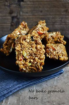 Easy no bake granola bars recipe: Healthy,chewy granola bars with nuts and seeds,recipe @ http://cookclickndevour.com/easy-granola-bars-recipe-how-to-make