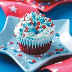 Patriotic Ice Cream Cupcakes-- Good recipe, but cups should only be filled of the way or else you have to remove cake off the top. And 2 cups of whipping cream and 1 cup of marshmallow creme is more than enough for the topping for 24 cupcakes. Patriotic Desserts, 4th Of July Desserts, Patriotic Cupcakes, Decorated Cupcakes, Cupcake Recipes, Cupcake Cakes, Dessert Recipes, Cupcake Ideas, Cupcake Decorations