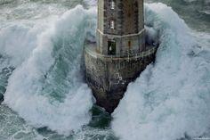 """Tempestade no farol """"La Jument"""", no noroeste da França, na Bretanha. Farol construído sobre uma rocha a cerca de 300m da costa da ilha de Ouessant."""