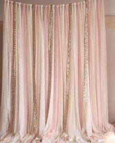 Blush rosado blanco beige encaje tejido Sparkle Gold photobooth telón de fondo boda ceremonia etapa, cumpleaños, bebé ducha fondo partido cortina dormitorio decoración el telón de fondo se hace con ajuste de cordón elástico de alta calidad, muy suave, también es ideal para ser utilizado como cortina. cada pieza de encaje de color rosa (unos 18,5 CM de ancho) también es perfecto para ser utilizado como una bufanda Lavado a mano: método de lavado PERSONALIZAR: Puede hacer cualquier anchura…