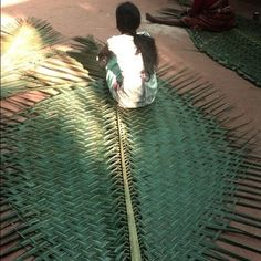 girlwithabum: Woven palm fronds to make huts! Flax Weaving, Basket Weaving, Palm Fronds, Found Art, Textile Design, Handicraft, Rugs On Carpet, Wedding Designs, Color Patterns