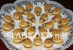 Rozpočet: 350 g hladké mouky, 250 g másla nebo Hery, 125 g moučkového cukru, citrónová kůra, 100 g strouhaných vlašských ořechů, špetka soli, půl lžičky mleté skořice, 2 vejce, 1 balíček vanilkového cukru. Náplň: 200 g strouhaných vlašských ořechů, 1 Christmas Sweets, Christmas Baking, Vegan Shortbread, Honey Cookies, Czech Recipes, Croatian Recipes, Almond Recipes, Cookie Desserts, Sweet And Salty