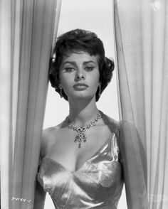 old hollywood - Sophia Loren Glamour Hollywoodien, Old Hollywood Glamour, Golden Age Of Hollywood, Classic Hollywood, Hollywood Style, Classic Actresses, Beautiful Actresses, Hollywood Actresses, Classic Movies