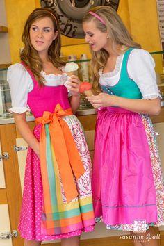 Susanne Spatt - Dirndl Marie linen pink, cotton panel skirt (DKS14406-BK) Dirndl Kathi linen emerald, cotton handprinted skirt (DKS14427-K) Octoberfest Girls, Trends 2016, Dresscode, Dirndl Dress, German Women, Medieval Dress, Full Skirts, Retro Outfits, Traditional Dresses