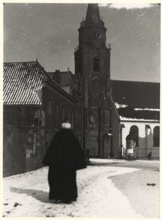 Jacob Pronkstraat gezien naar de witgepleisterde Oude Kerk; winterstemming. 1929 H. Berssenbrugge #ZuidHolland #Scheveningen