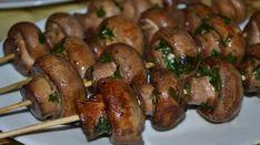 Vă îndemnăm să renunțați la garniturile clasice în favoarea unor frigărui delicioase de ciuperci. Acestea se prepară foarte simplu și rapid, iar rezultatul cu siguranță va fi peste măsura așteptărilor. Obțineți un aperitiv deosebit de aromat și apetisant, ce va fi chiar și pe placul amatorilor de carne. Ciupercile pregătite în acest fel sunt perfecte atât pentru cina de familie, cât și pentru masa de sărbătoare. INGREDIENTE -600 g de ciuperci champignon -4 linguri ulei de floarea soarelui -4…