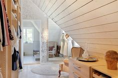 Sou fã do estilo escandinavo, claro, eclético, sem exageros, de muito bom gosto. Poucos móveis são feitos sob medida, pintura e aprove...