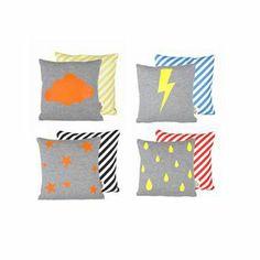Diese Kissen von Ferm Living sind mit verschiedenen Motiven - Wolke, Blitz, Sternen und Regentropfen - bestellbar. Bringen Sie ein paar belebende Neonfarben ins Kinderzimmer!