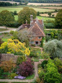 "wanderthewood: ""Sissinghurst Castle Garden, Kent, England by Bob Radlinski "" Cottages England, Beautiful Gardens, Beautiful Homes, Beautiful Places, Sissinghurst Garden, Architecture Antique, Kent England, Cornwall England, Oxford England"