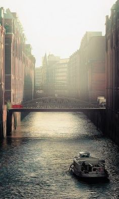 Just a random morning light in a random corner in Hamburg. Attraction Tickets, Learn German, Quiz, Free Stock Photos, Night Time, Rome, Traveling By Yourself, Dubai, Germany