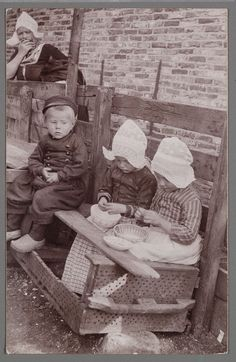 Children in regional costumes pealing shrimp, Edam-Volendam, The Netherlands. Vintage Children Photos, Vintage Pictures, Old Pictures, Vintage Images, Old Photos, Holland Netherlands, Old Photography, Delft, Vintage Photographs