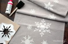 Stenciled snowflake table runner - Everyday Dishes & DIY