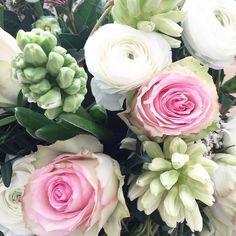Das wohl schönste Close Up des Tages  Dieser Wahnsinnsstrauss aus Rosen Hyazinthen und Ranunkeln wurde mir gerade an der Haustür in die Hand gedrückt. Einfach so. Von den wohl liebsten Freundinnen veranlasst. Und ich weiß gar nicht wohin mit meiner Freude und meinem Glück diese Menschen im Leben zu haben  Danke @leoniexxvi @theycallmelissi und euch anderen nicht Instamädels  #flowers #surprise #happiness #roses #hyazinthe #ranunculus #bestfriends