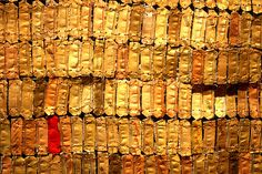 """Eli Anatsui - Hovor II - 2004.    Born in Ghana in 1944, Anatsui has spent his life largely in Nigeria. his work reflects an awareness of both the international contemporary art market and what he calls """"classical"""" African art. in Hovor II he has transformed discarded metal bottle tops into a monumental textile like sculpture."""