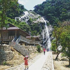 Thác Trắng (White Waterfall) is the unique and beautiful waterfall in Quang Ngai Province of Vietnam. This place still keep the pure beauty that does not be affected by mass tourism so you can find the tranquil moments for trip.