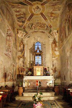Norma, Lazio   Abbazia di Valvisciolo, Chor - chancel - coro   Die Abtei Valvisciolo liegt einsam in einem Tal zwischen Sermoneta, Ninfa und Latina Scalo. Die Abtei geht auf eine Gründung durch griechische Mönche im 8. Jahrhundert. zurück. Im 13. Jahrhundert wurde sie vom Templerorden übernommen und restauriert und nach der Auflösung dieses Ordens ging sie Anfang des 14. Jahrhunderts in den Besitz der Zisterzienser über.