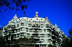 Un ejemplo de modernismo obra del genial arquitecto Antoni Gaudí. Así es la fachada de la Pedrea en #Barcelona. Los mejores #viajes en www.avexperience.es  #Turimos #AVE #Tren #España #Spain #Travel